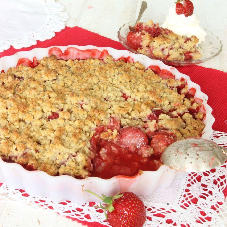 Läckraste jordgubbspajen med ett underbart, knäckigt smultäcke.