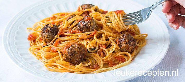 Klassiek pastarecept met zelfgemaakte gehaktballetjes en een heerlijke tomatensaus