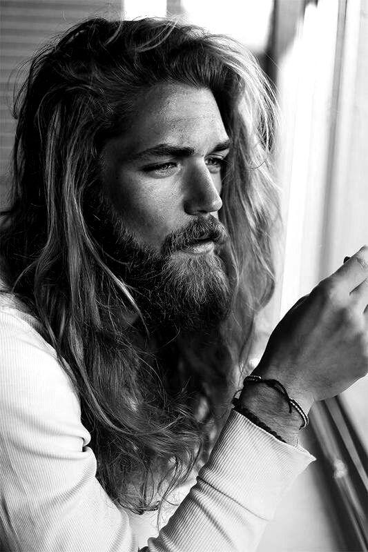 Je n'aurais jamais pensé dire ça un jour : mais je trouve cet homme tout simplement parfait ! Ses cheveux lui donne un côté attirant, mystérieux et bizarrement masculin !