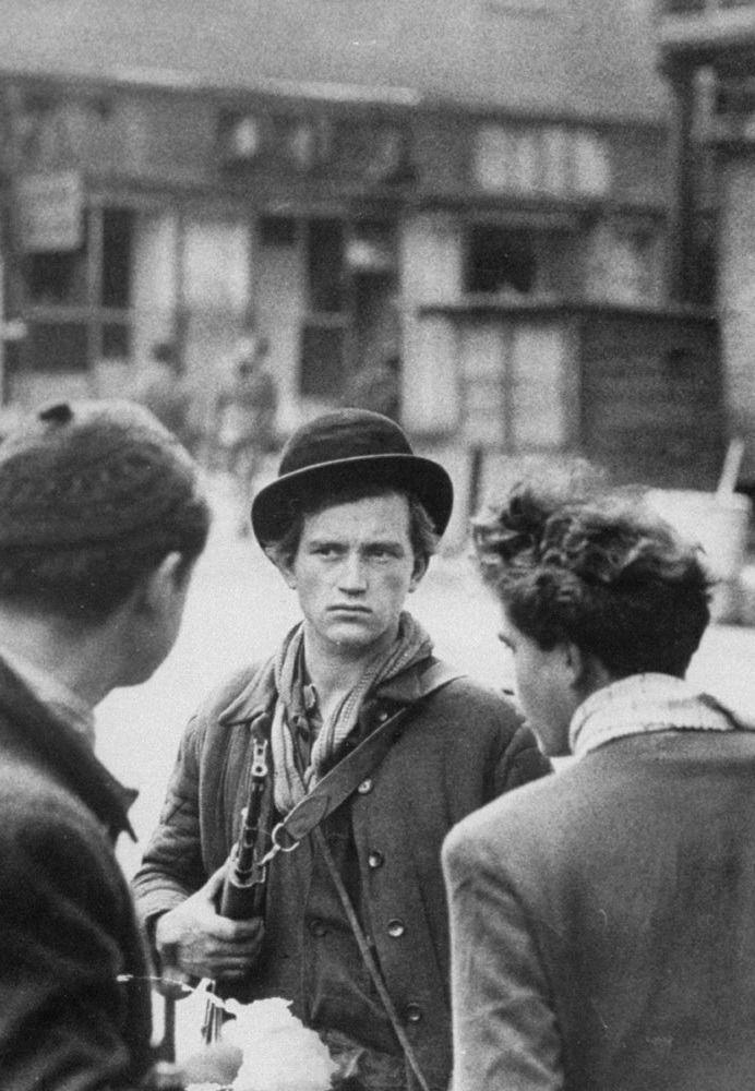 Hungarian Revolution of 1956 C'est le début de la fin du communisme. En 1968, ce fût la révolte à Prague En 1989, à Berlin, le mur et le régime s'écroule. En 1990/1991, c'est l'URSS …. Fighting tankies and their tanks in 1956
