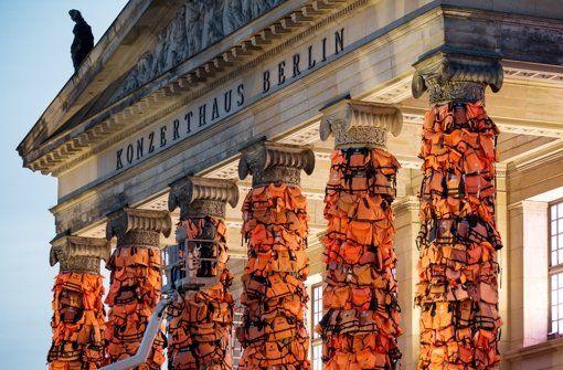Am Konzerthaus am Gendarmenmarkt in Berlin hat  der chinesische Künstler Ai Weiwei mit einer Kunstinstallation an das Schicksal der vielen Flüchtlinge, die auf ihrem Weg nach Europa ertrunken sind, erinnert. Foto: dpa  http://www.stuttgarter-nachrichten.de/inhalt.kuenstler-ai-weiwei-schwimmwesten-erinnern-an-fluechtlinge.f6927398-5098-49ad-80af-2b9fd67bcebf.html