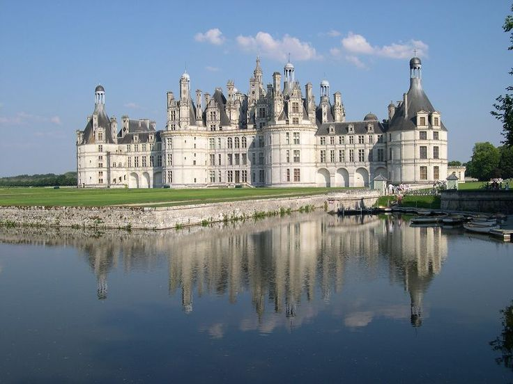 Castillo de Chambord (Francia). Este hermoso castillo es uno de los más conocidos a nivel mundial por tener una magistral arquitectura renacentista francesa y fue catalogado en toda la región de los Países del Loira como uno de los más grandes en todo este lugar. Su construcción se llevó a cabo con el objetivo de ser utilizado como pabellón de caza del rey Francisco I, quien residía en el Castillo de Amboise y en el Castillo de Blois. http://blog.GustavoyEly.com