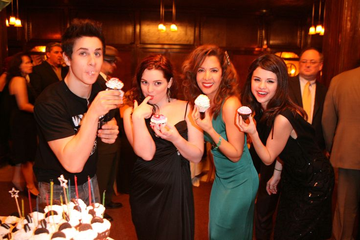 Cast of Wizards of Waverly Place posing with their cupcakes