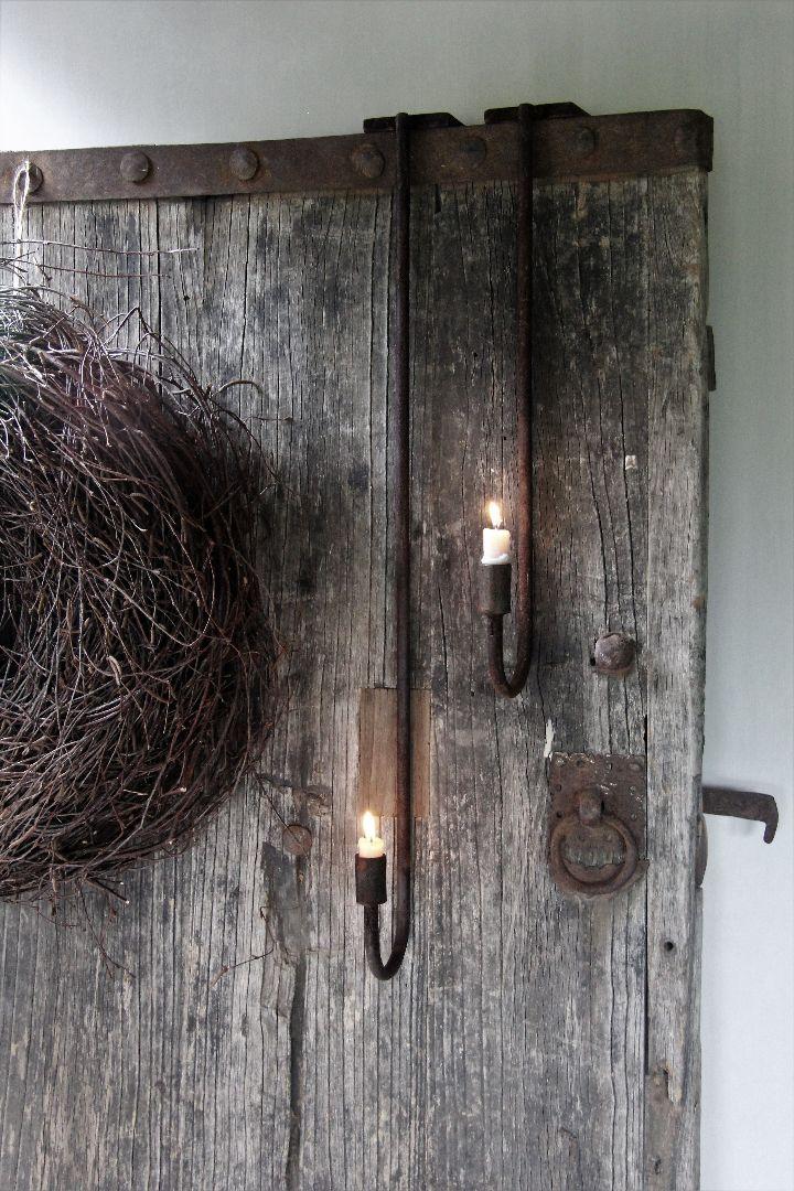 Luikkandelaar in roestafwerking. De kandelaar kan aan een kast of oude deur worden opgehangen. Dit is de grotekandelaar op de foto. Ook de kleinekandelaar staat in de webshop.