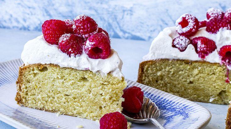En deilig og saftig vaniljekake med kefir, toppet med krem og bringebær. Tips: Kakebunnen kan gjerne bakes dagen i forveien, men vent med krem og bær til den skal serveres.