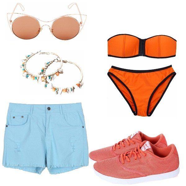 Outfit da mare: bikini a fascia arancio, short di jeans celesti, effetto sfrangiato, sneakers arancio, orecchini a cerchio e pietre colorate, sui toni del look, occhiali da sole marroni con montatura sottile.