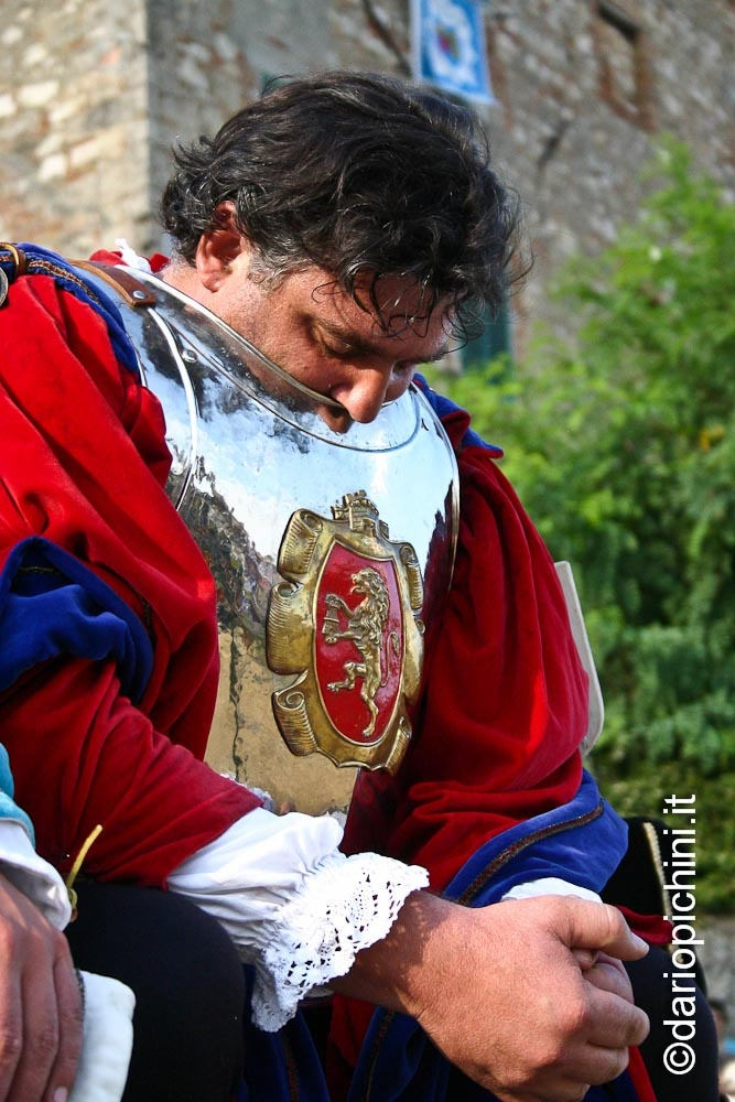 The chief of the Contrada waiting for his knight to start the game