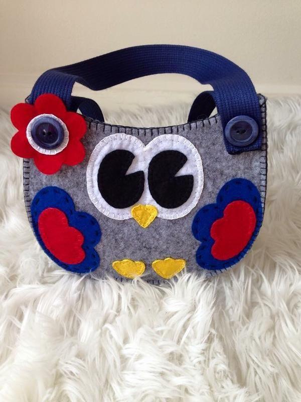 Sevgili Misafirlerim Hoş geldiniz!:)  Çanta tamamen el yapımı. Keçeden yapılmış. Kız çocuğu için harika bir çantadır! Çanta hediyelik bir poşet'te gönderilir.  Teşekkürlerimle!:)