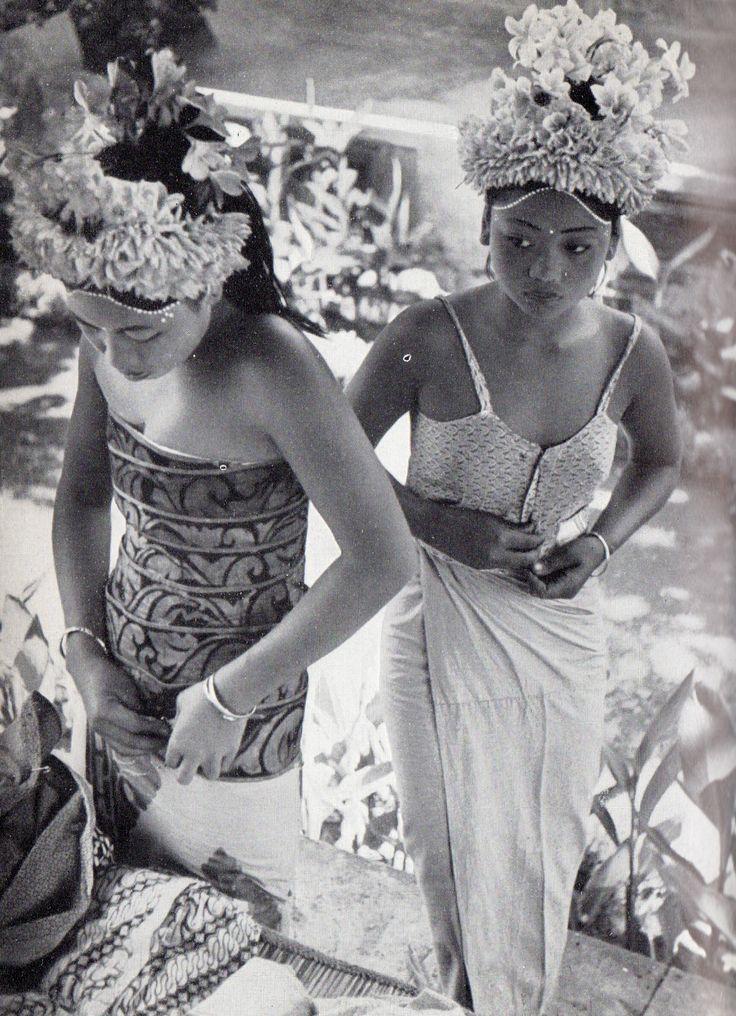 """Henri Cartier-Bresson : Les danses à Bali, collection """"huit"""", Editions Robert Delpire, 1954."""