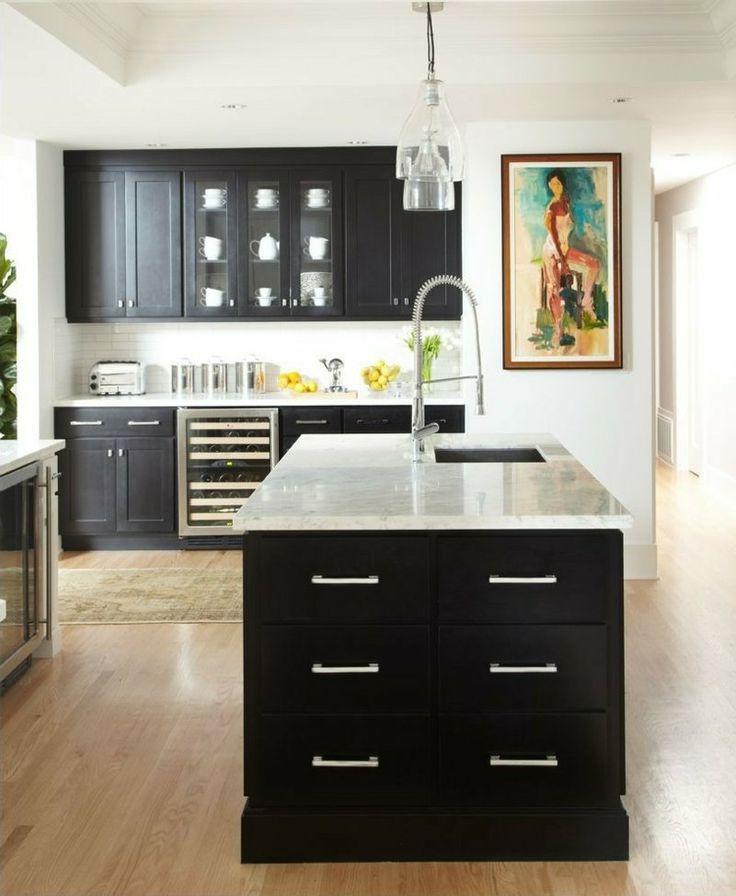 Kücheninsel aus dunklem Holz im Landhausstil