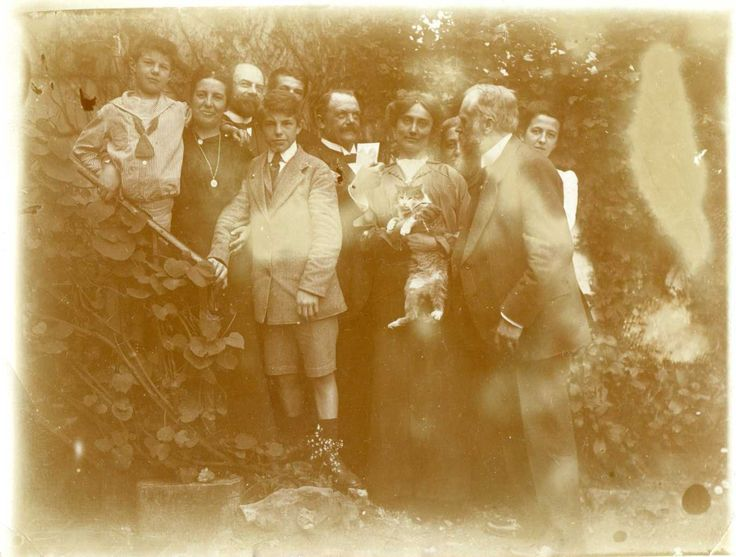 Family photo with a kitty cat - No date