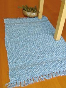 Un tapis au tricot!  Parfait pour ma salle de bain…
