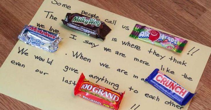 """Como fazer poesia com barras de chocolate de verdade. Um poema é um presente caseiro que pode se adaptar a qualquer ocasião e você pode usar as marcas de chocolates populares no lugar dos substantivos. Por exemplo: """"Sua presença me proporciona uma maravilhosa SENSAÇÃO da qual eu sempre quero BIS!"""" Para ficar divertido e dar um toque original em um poema de doces, você pode criar um cartão com barras ..."""