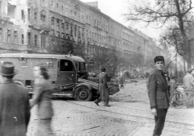1956. Kilőtt Csepel rendőrségi csapatszállító a forradalom alatt.