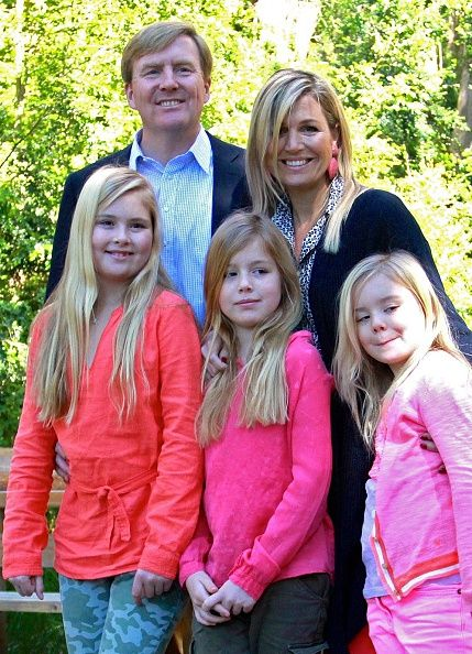 Dutch King Willem-Alexander (L back) and Queen Maxima (R back) pose with their daughters Princesses Amalia (L), Alexia (C) and Ariane, at the Bosque de Arrayanes (Myrtle Forest) near Villa La Angostura, Neuquen, Argentina, on 22.12.2014.