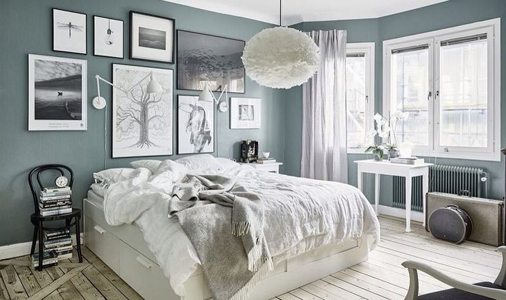 Camera bianca, pareti grigio/blu stile moderno