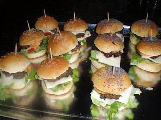 La meilleure recette d'Apéritif dinatoire mini hamburger maison! L'essayer, c'est l'adopter! 4.8/5 (15 votes), 17 Commentaires. Ingrédients: pour 20 petits hamburgers :120ml de lait,20g de beurre,1cas de sucre,1cac de sel,250g de farine,15g de levure boulangère,des graines de sésame ,des graines de pavot