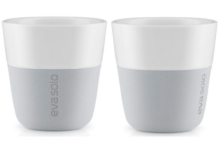 Eva Solo Espresso beker Grijs - 2 stuks  Eva Solo Espresso beker Grijs - 2 stuks Met deze mooie Eva Solo Espresso bekers serveer jij altijd espresso op de juiste temperatuur.De koffie blijft lang heet door het dubbelwandige ontwerp.En wanneer je een ijskoffie serveert blijft het ook extra lang koud!Altijd te gebruiken dus.En deze kopjes komen nu met z'n tweeën in een mooie cadeauverpakking. Espresso bekers Inhoud: 80 ml Materiaal: Porselein siliconen rubber  Vaatwasmachine bestendig Set van…