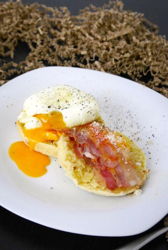Focaccine con pancetta affumicata, crema di carote e uova in camicia