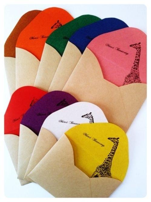 両面折り紙を使ったプチ封筒。中身はカワイイスタンプを押しましょう。オリジナルの素敵な封筒の出来上がりです。