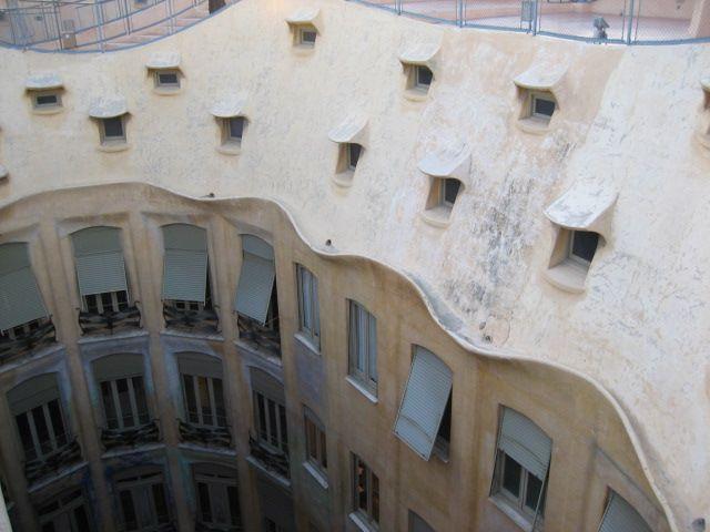 Het gebouw wordt ook La Pedrera genoemd, wat Catalaans is voor De Steengroeve. Die naam slaat op het uiterlijk van het gebouw en had oorspronkelijk een pejoratieve betekenis, omdat het gebouw aan geen van de toen geldende architecturale normen voldeed.