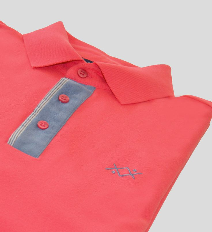 Short-sleeved piquet polo with ribbed collar. It has velvet placket with three ton/ton -button closure.  More details in: http://www.oceanstitch.pt/en/Products-Men/Phra-Nang-polo