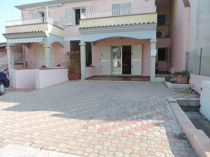 L'appartamento si trova a Budoni centro ed è composto da soggiorno angolo cottura, 2 camere da letto, bagno, veranda coperta, posto auto, giardino sul retro della casa.