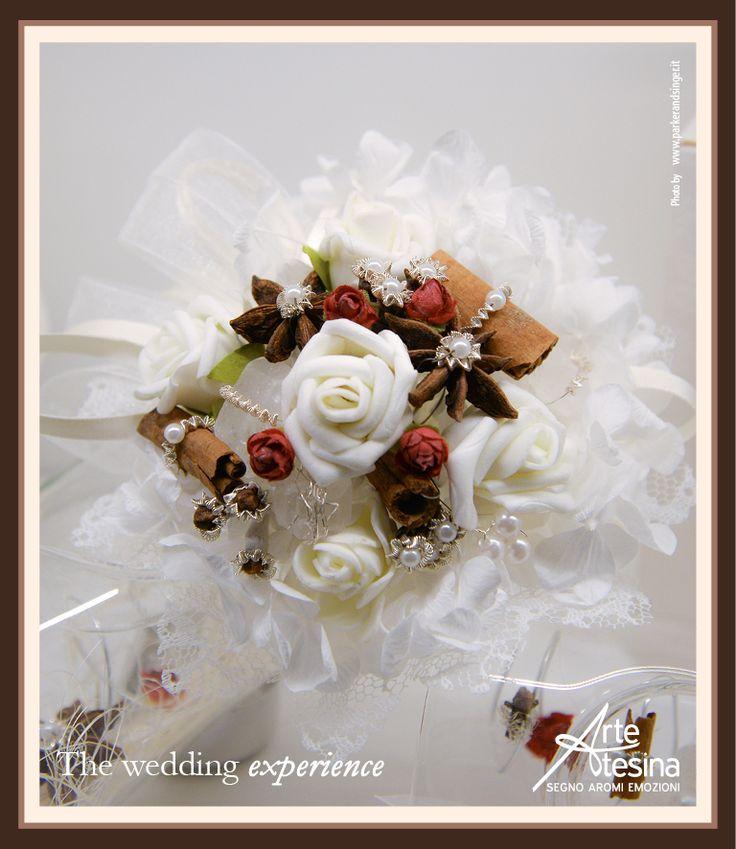 Un delizioso bouquet per il tuo matrimonio, realizzato in modo personale e artigianale unendo fiori, spezie, organze e altri elementi preziosi che ArteAtesina utilizza nelle sue bomboniere Biedermeier.