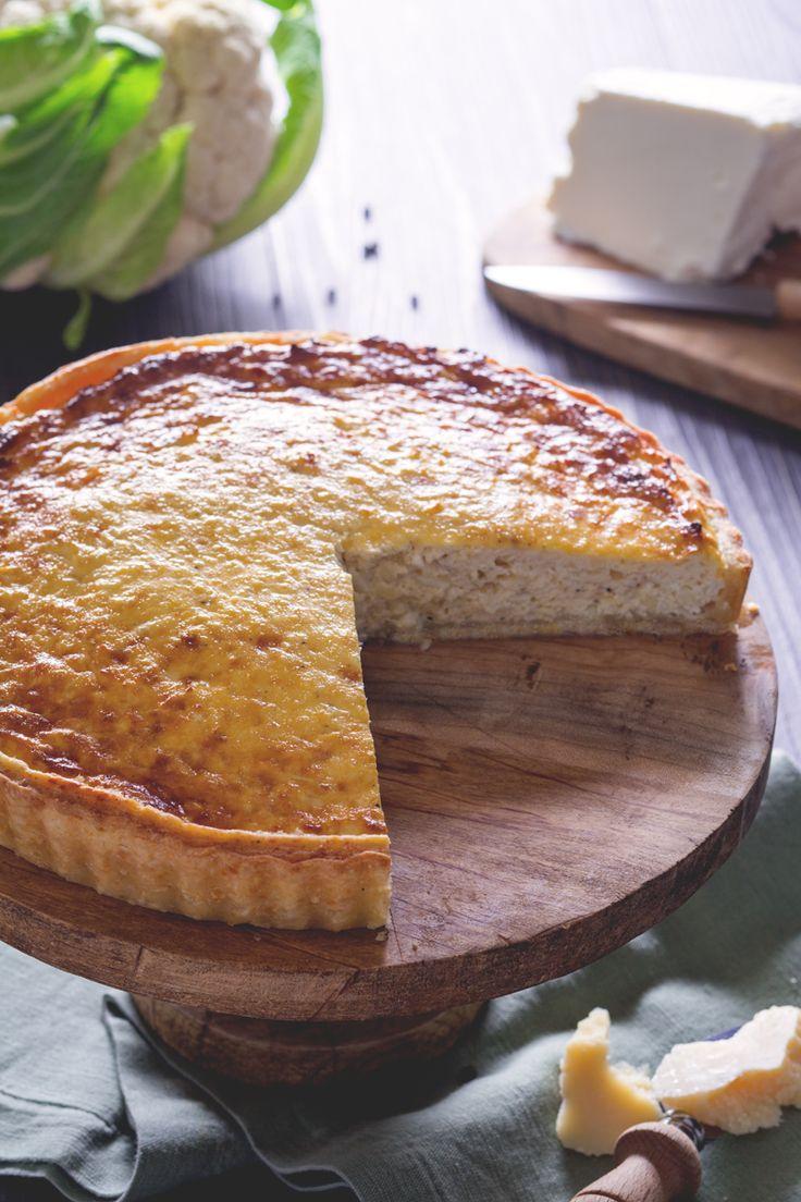 La torta di cavolfiore è una torta salata molto saporita grazie ad una frolla al formaggio ed un morbido ripieno di ricotta e cavolfiore. Ottima da gustare anche tiepida! #Giallozafferano #recipe #ricetta #quiche