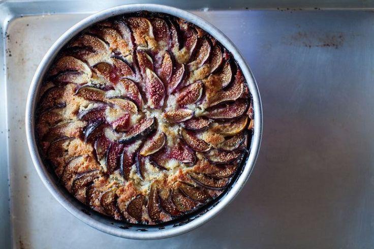 Schiacciata dolce con fichi e pinoli, un lievitato particolare e dal sapore delicato perfetto per utilizzare i fichi di stagione. Ecco la ricetta!