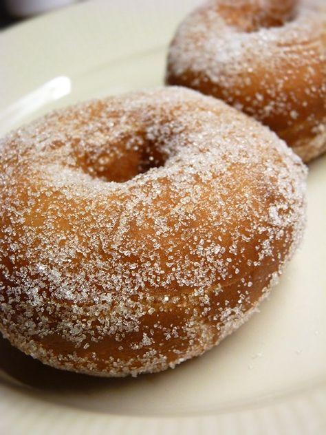 """Recept på Kokosbollar/munkar. Enkelt och gott. Kokosboll, skumboll eller munk – oavsett vad den kallas så är den lika god! Dessa söta bakverk har ett vitt skum av äggvita som fyllning och ett täcke av choklad. Kokosbollarna ser ut som en """"topp"""", är ofta täckta av kokosflingor och har ett rån i botten. Bakverket kommer ursprungligen från Danmark och har vattnat munnar redan sedan början av 1800-talet! Idag hittar man kokosbollar världen över, i olika former och färger – här hittar du någr..."""