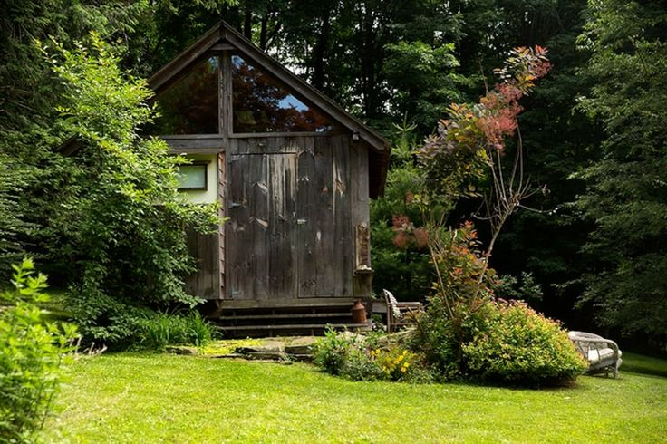 Cabin in Mount Kisco, United States. Just 50 min North of NYC (Metro North 5 min away)  great for artists, writers, yogi's and creative types or people just wanting to get away from the hustle and bustle, city amenities near by.     (Photo Shoots, Seminars, Workshops-Call For  Rates)...