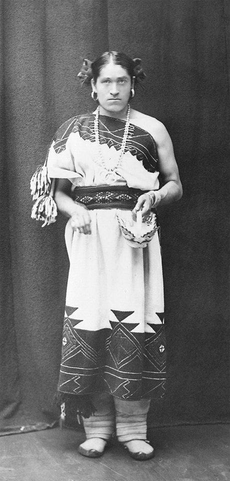 """Sobre identidade de gênero:Retrato de Whe-Wa, da tribo Zuni (Estados Unidos/México, 1879), um """"two-spirit"""".Dois-espíritos são nativos norte-americanos que desempenham papéis múltiplos de gênero. Esse termo tem sido reivindicado pelos nativos norte-americanos para designar pessoas LGBT desde os anos 90. Na antropologia, usa-se o termo berdache, com certa polêmica.Pessoas dois-espíritos não ocupam posições nem de homem, nem de mulher, combinando atividades exercidas por ambos. ..."""