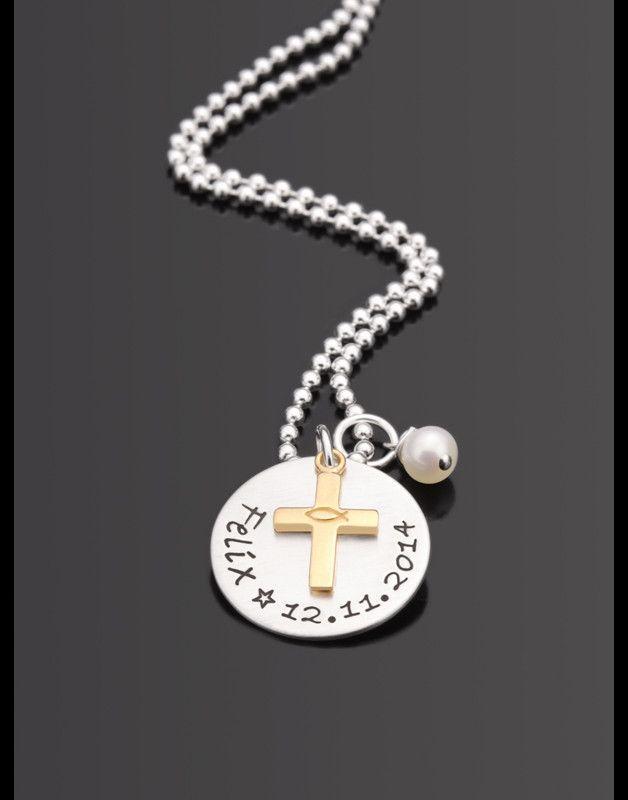 Taufkette/Textschmuck, bestehend aus einem Button - bestempelt mit einem Namen und einem Datum - einem vergoldeten Kreuz, einer Süßwasserperle und einer ca. 40cm langen Kugelkette. Auf den...
