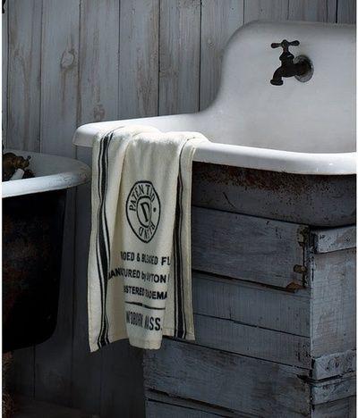 Le lavabo fait partie des sanitaires de la salle de bain, on le confond souvent avec l'évier qui lui se trouve dans la cuisine. Le lavabo existe en plusieurs modèles et est fabriqué à partir de mat…