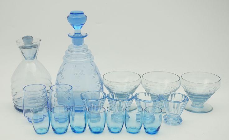 Een kavel divers lichtblauw glaswerk, w.o. een Art deco karaf met glaasjes, champagnecoupes, etc., Frankrijk eerste helft 20e eeuw