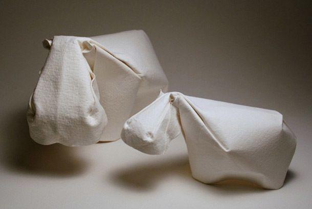 この立体感! これらのオリガミはベトナム系アメリカ人のDinh Truong Giang氏によるもの。よくあるオリガミとは違い、ふっくらと丸みのあるシルエットが特長。 紙を水で湿らせてから折っていくようで、湿らせることにより柔らかく丸みのあるカーブを作ることができるとか。紙を使って作る彫刻といった感じです。  ゴリラの顔(笑)。 これまでのオリガミとはひと味違う印象の作品となっています。湿らせた紙を使うことで、こんなにもしなやかで力強い作品になるんですね。 動物の特長を的確にとらえる洞察力もすごいですが、紙という素材をここまで使いこなす作者の表現力にも驚かされます。