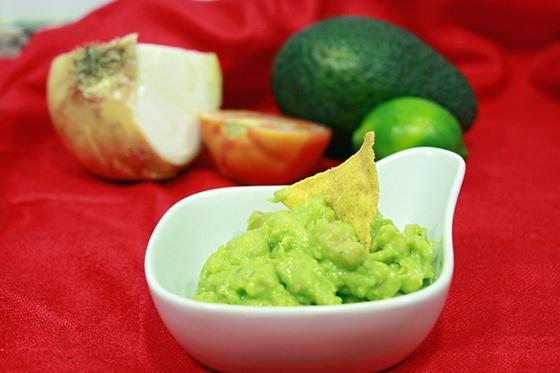 El guacamole es mi entrante preferido. Es sabroso, de color llamativo, fresco y divertido de tomar. Se prepara fácil y rápido. Receta de guacamole, comida mejicana a base de aguacate maduro, tomate, cebolla, aceite de oliva, zumo de lima y cilantro