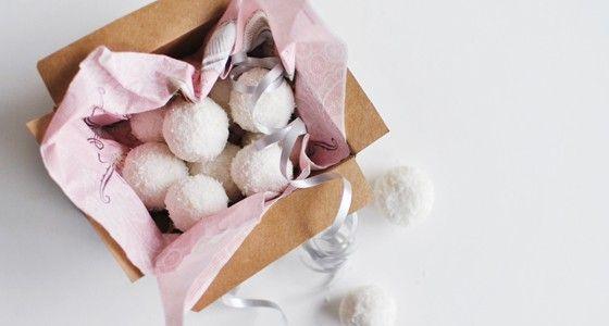 Jestli milujete kokos, vyzkoušejte tyhle super jednoduché kuličky. Vařte s Rohlik.cz, suroviny vám přivezeme už do 90 minut až ke dveřím.