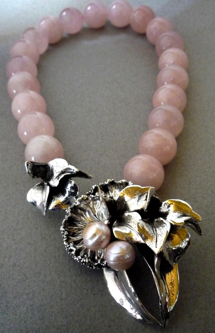 Collar: Chejebar  Colección: Organica  Materiales: Plata 925, Cuarzo Rosado y Perlas Japonesas.