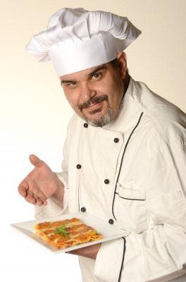 Las chaquetillas de cocina son un uniforme laboral tradicional pero que sigue de moda, por ser tanto elegante como funcional.