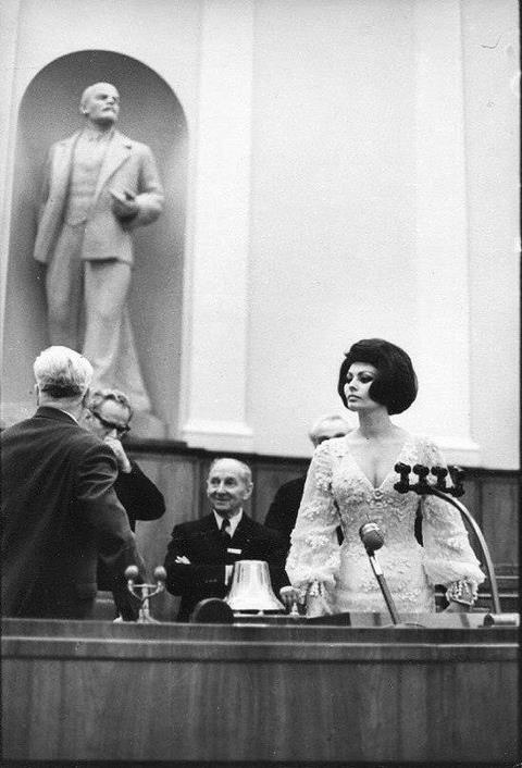 Софи Лорен в зале заседания Верховного Совета СССР, 1965 год.-Sophia Loren in the courtroom of the Supreme Soviet of the USSR, 1965.