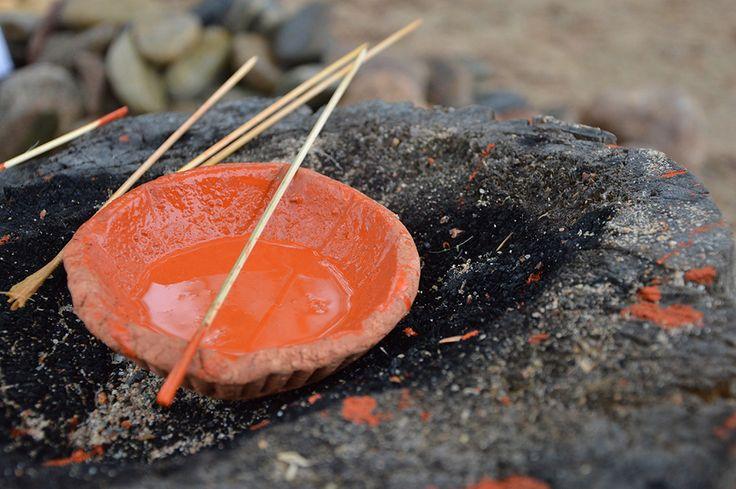 Muinaismarkkinoilla voi kokeilla kivikautisella tekniikalla maalaamista. Luuppi, Oulu (Finland)