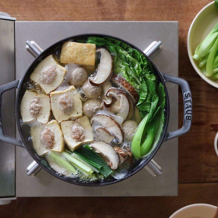 고기, 야채, 버섯 등 다양한 재료를 즐길 수 있어 자주 만들게 되는 전골 요리예요. 두부 속에 고기를 넣어 더 알차게 만들어봤어요~ 담백한 국물에 마음까지 사르르 녹는, 두부전골이...