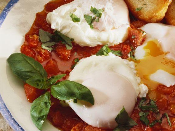 Verlorene Eier in Tomatensoße ist ein Rezept mit frischen Zutaten aus der Kategorie Pochierte Eier. Probieren Sie dieses und weitere Rezepte von EAT SMARTER!