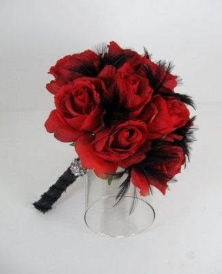 Red roses w/ black feathers...similar to what my bm bouquets are going to be :)