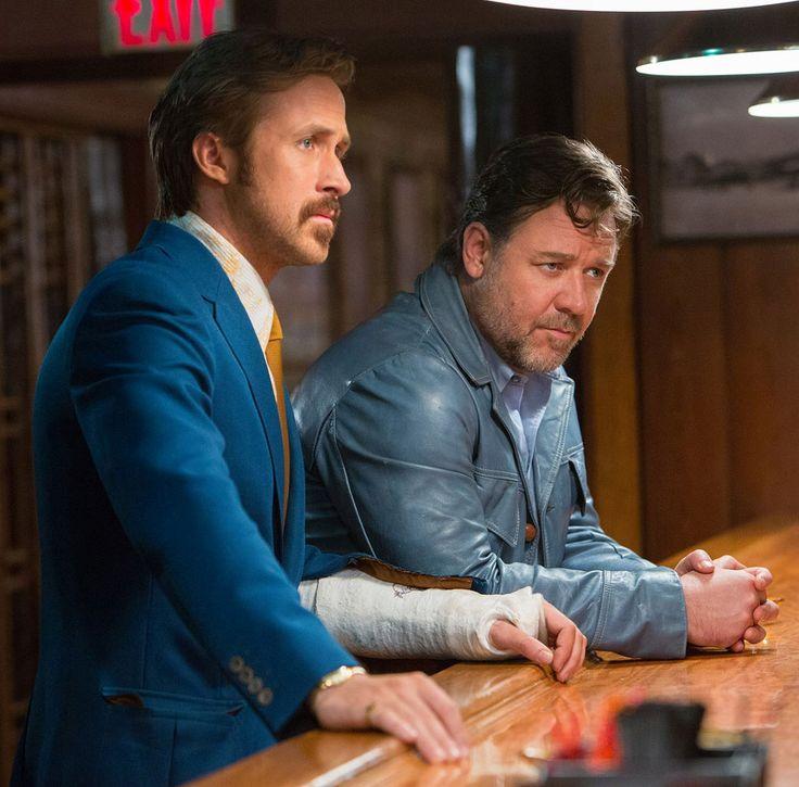 The Nice Guys - l'investigatore privato Holland March (Ryan Gosling) e il detective Jackson Healy (Russell Crowe) si fanno un bicchierino prima di agire © 2016 LUCKY RED