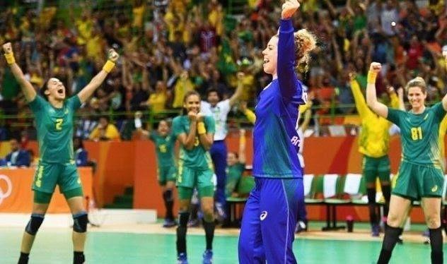 As meninas do handebol brasileiro mandaram muito bem contra o time da Romênia. Inclusive nossa goleira levantou a arquibancada fazendo um gol. Apesar do nível técnico as romenas partiram para agressão e a arbitragem foi questionável deixando passar impune essas agressões. Mas o time brasileiro teve raça e categoria foi competente e conquistou a segunda vitória nas olimpíadas. Parabéns!! @olhardemahel #handebol #rio2016 #olimpicgames #jogosolimpicos #olimpiadas2016 #olimpiadas #riodejaneiro…