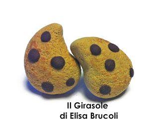 Orecchini modellati a mano in pasta polimerica fimo che rappresentano due biscotti a forma di goccia con gocce di cioccolato. Gli orecchin...