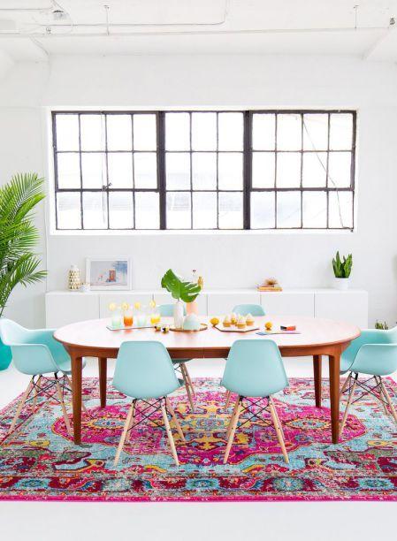Combine cores na decoração da sua sala de jantar, como por exemplo essa mistura de rosa e azul